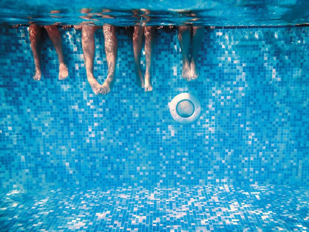 benen onder water in zwembad
